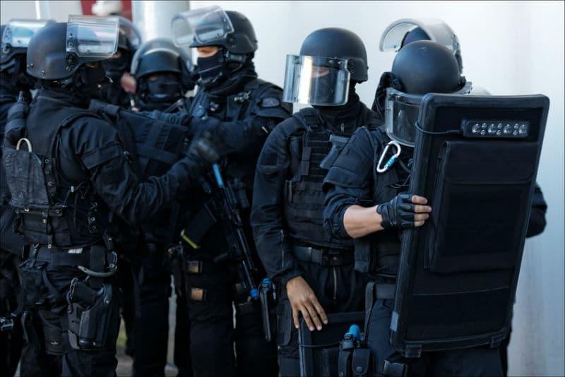 Colonne de policiers du GIPN