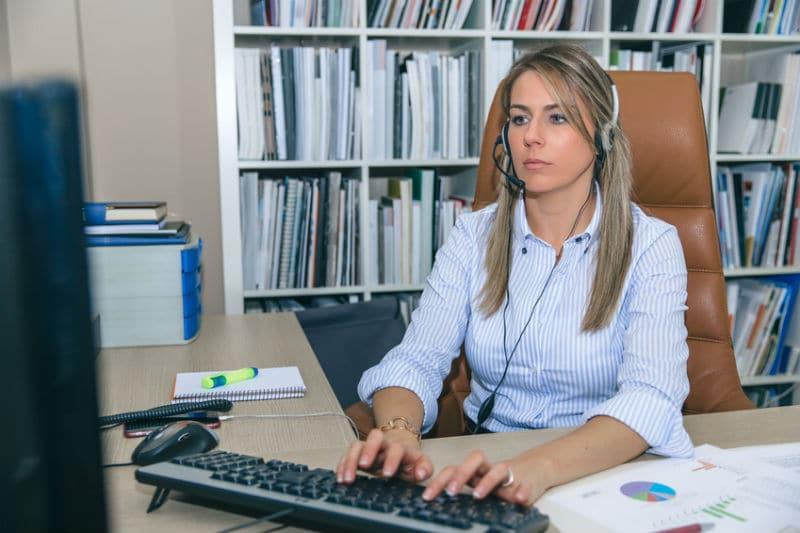 Secrétaire administrative à son poste de travail