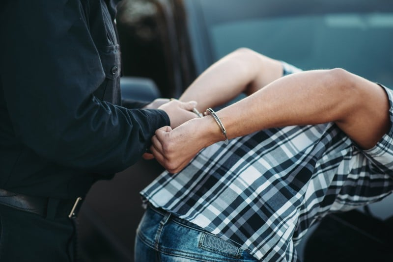 Arrestation par un policier
